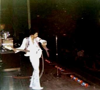 Spokane (Coliseum) : 8 septembre 1968 711631hendrixarmsmall