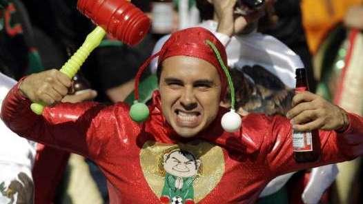 Imágenes del Chapulín Colorado - Página 2 713501MEXICOMundialSudafricaSoccerSudafricaMexicoAPCLAIMA2010061101404