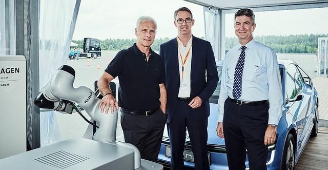 Nouveau contrat de coopération entre Volkswagen Group Research et KUKA, spécialiste de l'automatisation  746332DB2017AL00605small
