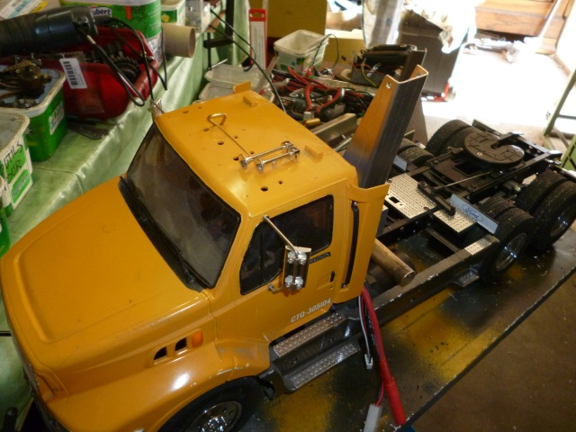 Tracteur 5 axes de transports en lourds , maintes fois modifié. 757508Deuxgruesdecabinehydro004