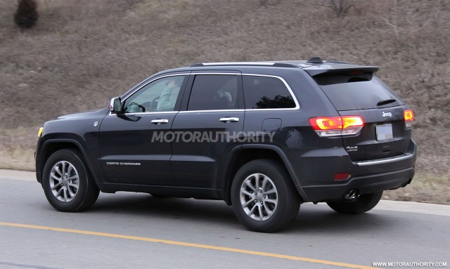 2010 - [Jeep] Grand Cherokee - Page 4 7602372014jeepgrandcherokeefaceliftspyshots100411043m