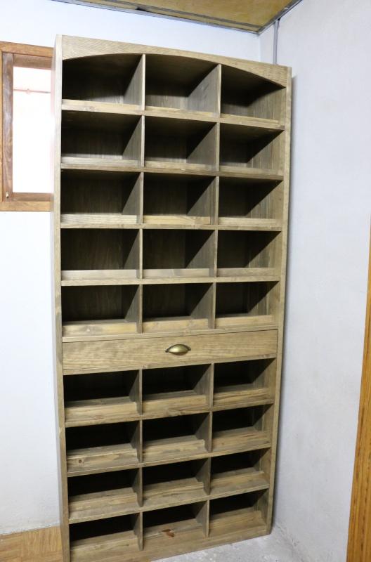 meuble pour ranger mes bouteilles de vin en pin massif teinte effet vieillit. Black Bedroom Furniture Sets. Home Design Ideas