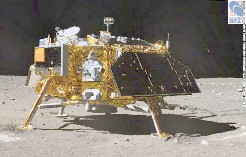 ovnis (?) fimés depuis l'ISS - Page 4 8050721008x646photosurfacelunepriserobotchinois2013