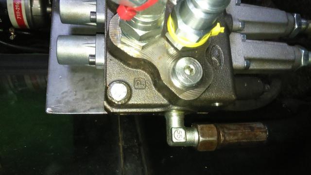 installation d'un distributeur hydraulique  - Page 2 866742DSC0061