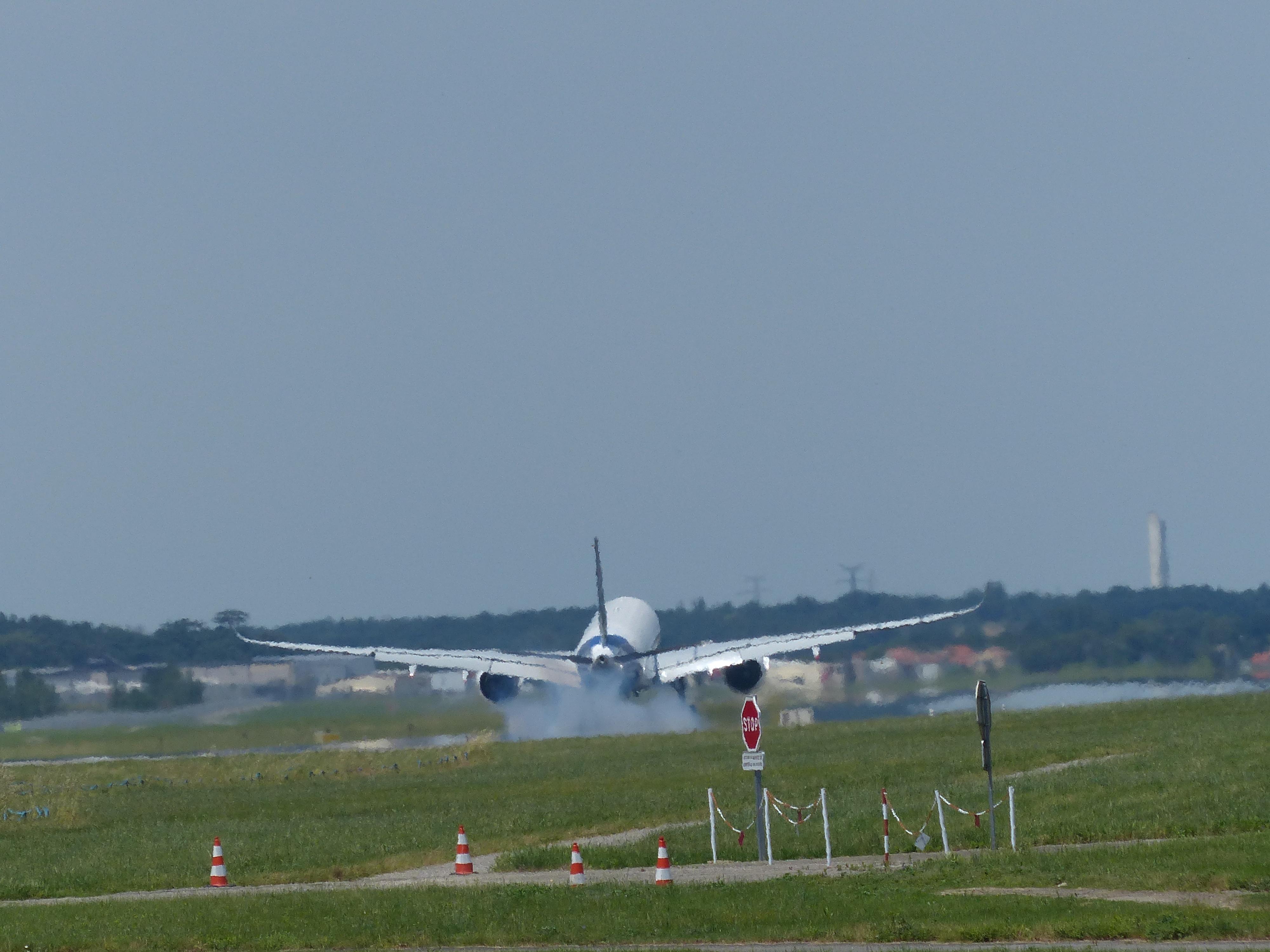 [14/06/2013] Aéroport Toulouse-Blagnac (LFBO): 1er Vol de l'Airbus A350 XWB !!! 873597P1010958