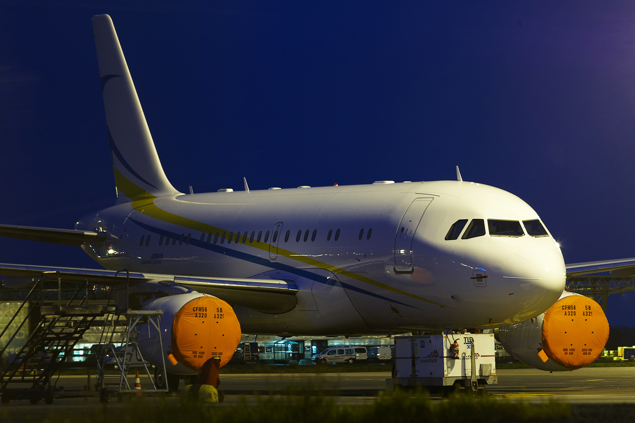 [21/12/2013] A319CJ (9H-AVK) Comlux    875943GRX9436