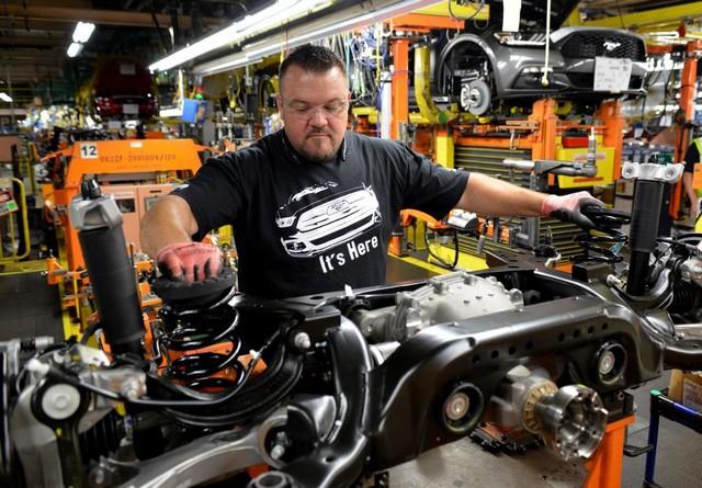 La production de la toute nouvelle Mustang 2015 débute dans l'usine de Flat Rock 883950productiondelaFordMustang20157