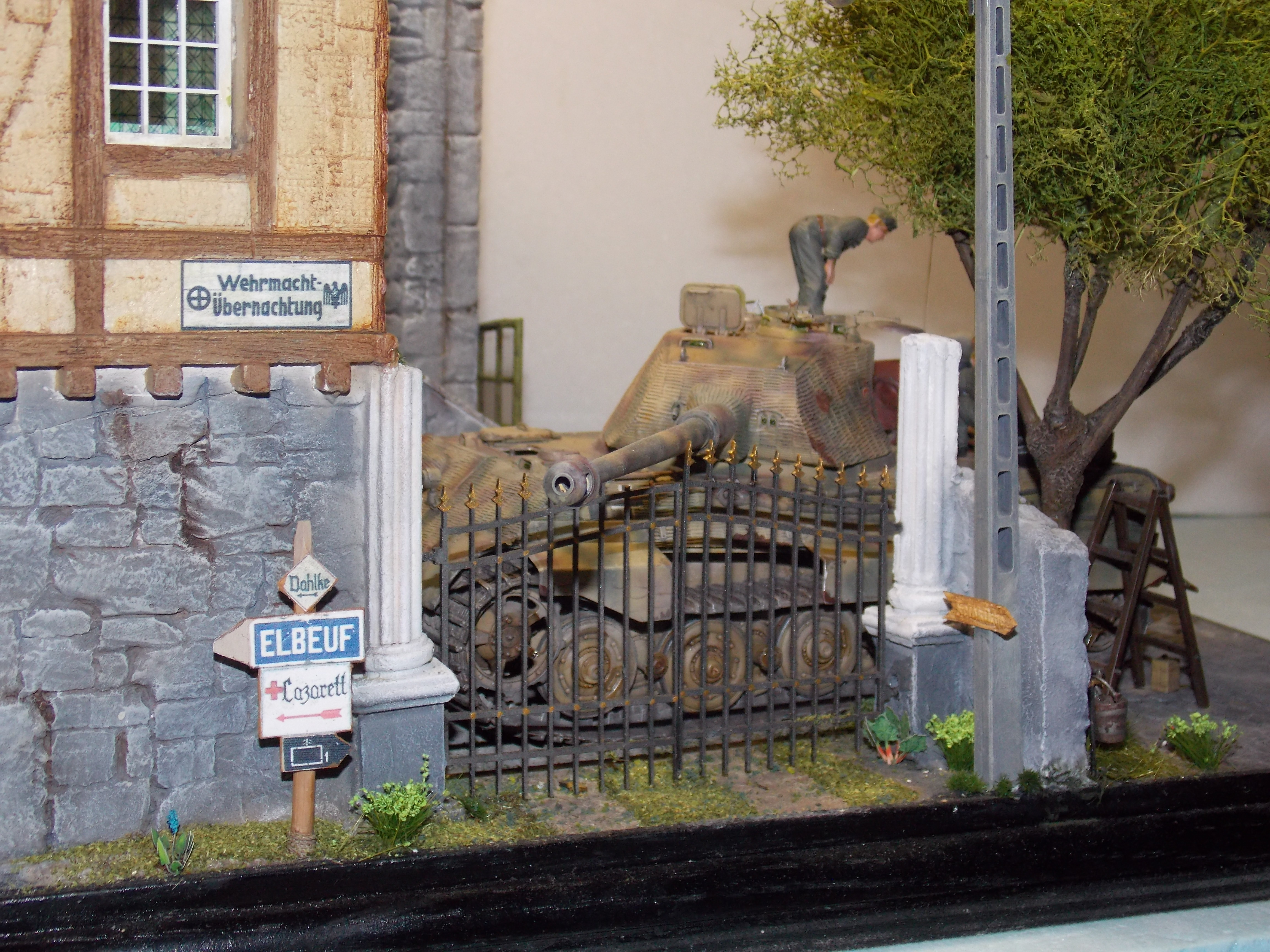 tiger - King tiger en cours de ravitaillement chateau de chanteloup Aout 44 finis(takom 1/35) - Page 2 929406DSCN6046