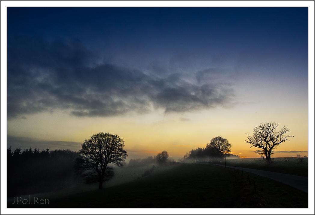 L e jour se couche, la brume se lève. 985007DL14COU0022