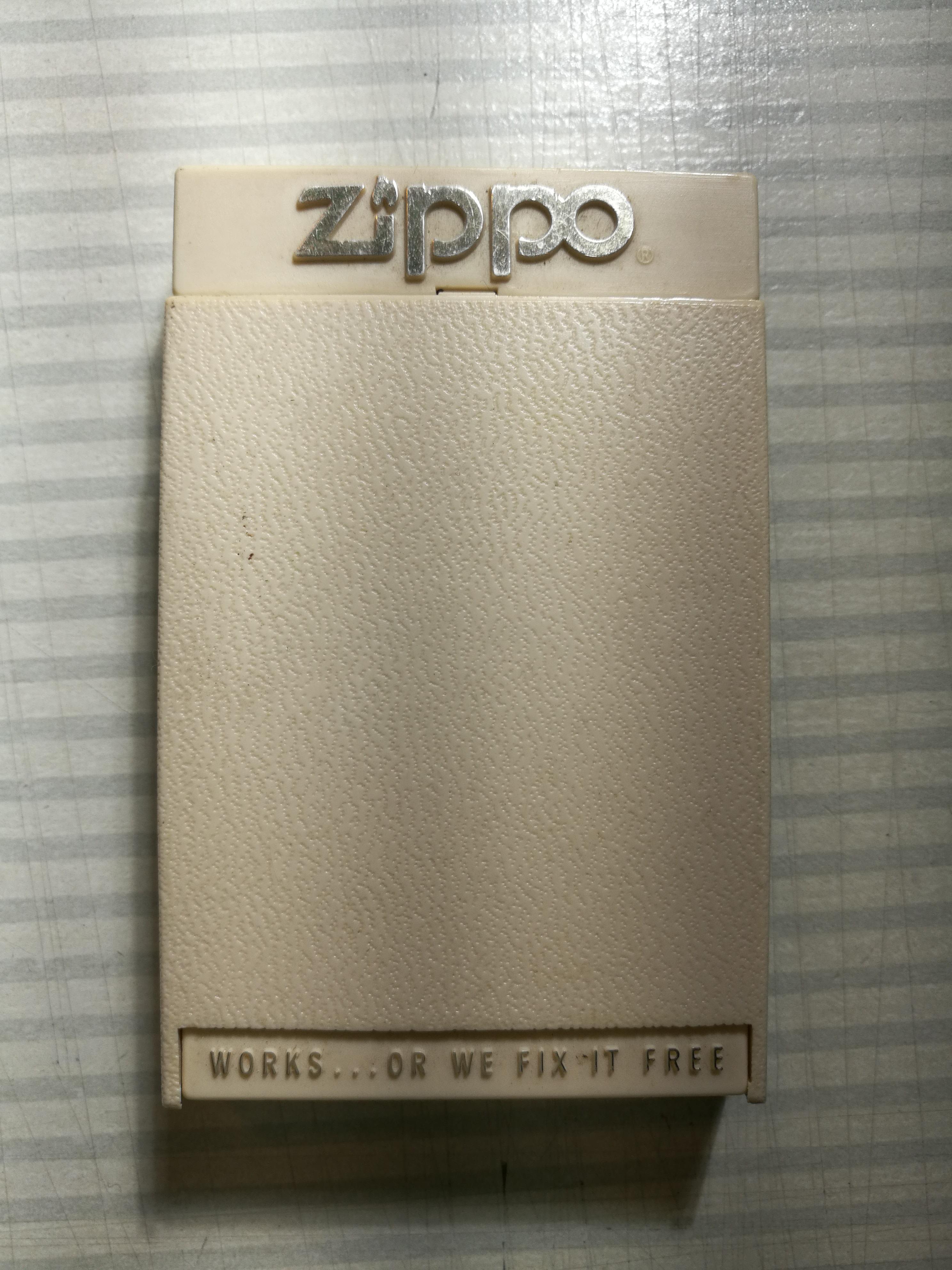 Les boites Zippo au fil du temps - Page 2 999487Boteslim19811