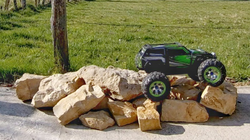 Traxxas Summit on the rocks and in the air ! 127885vlcsnap2017042319h20m52s15901