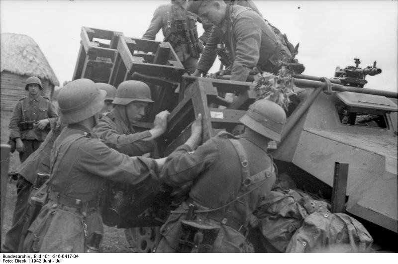 Bundesarchiv - schwerer Wurfrahmen an Schützenpanzer 134126BundesarchivBild101I216041704RusslandschwererWurfrahmenanSchtzenpanzer