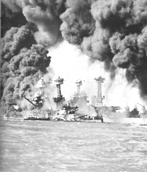 7 Décembre 1941,Pearl Harbor 143237513px_Burning_ships_at_Pearl_Harbor
