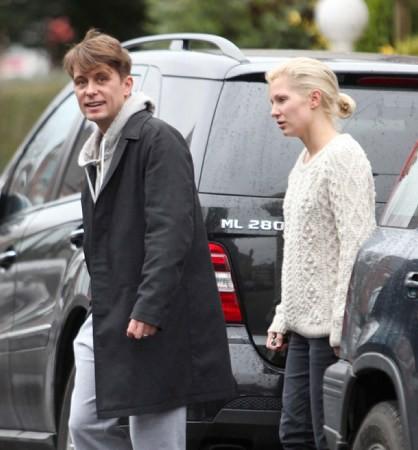 Mark et Emma partant de ches eux - Londres - 23/02/2011 148726MQ11vi