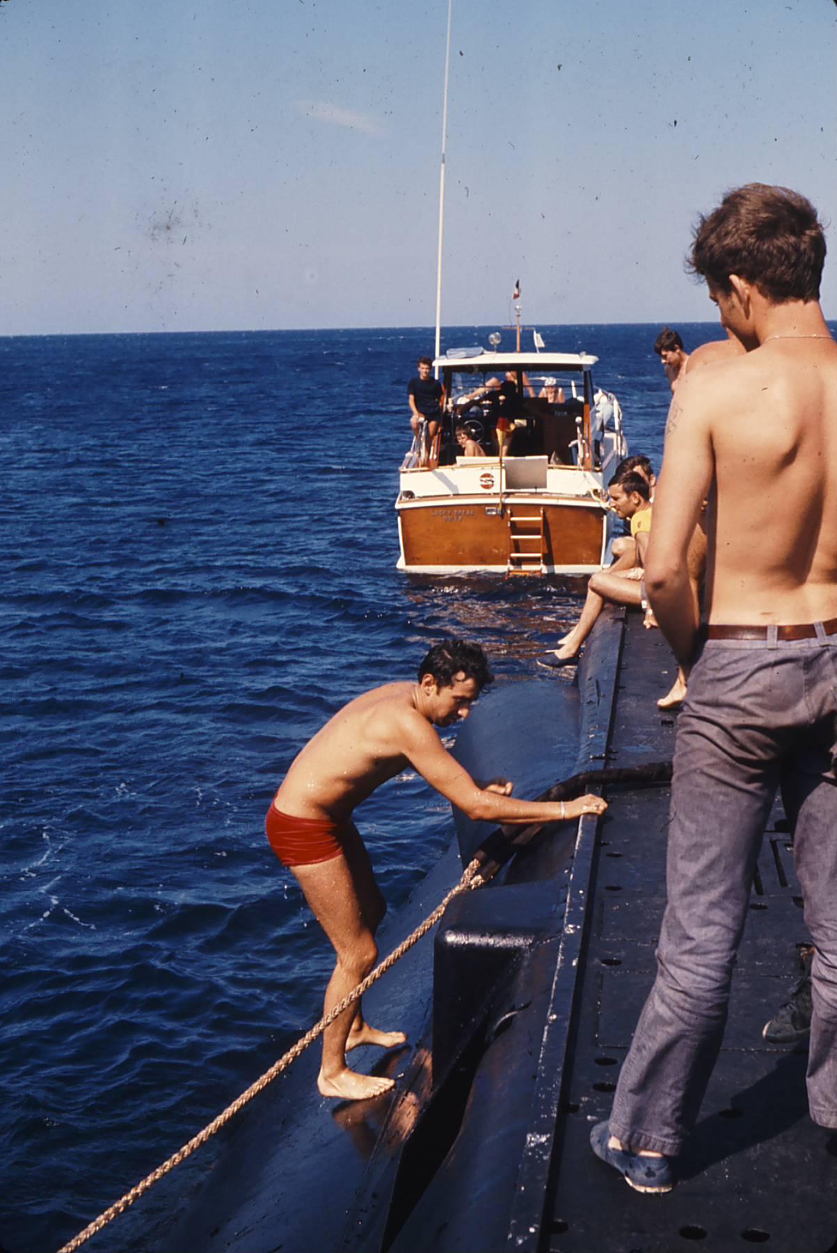 [Les traditions dans la Marine] Baignade le long du bord 17660349bBilljuillet1973PhotoXavierDuquesne