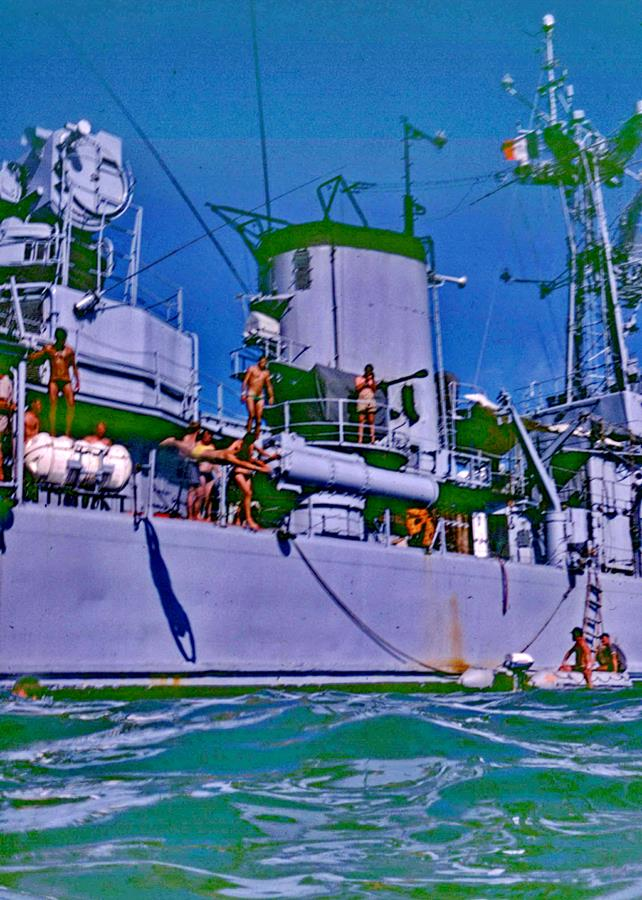 [Les traditions dans la Marine] Baignade le long du bord 196101Transparency0186