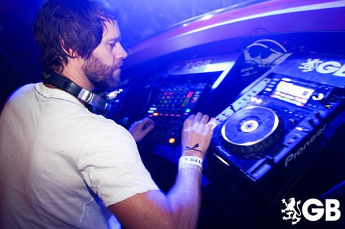 Howard DJing à Birmingham 29-01-2011 220452665x445fitbox28700vi
