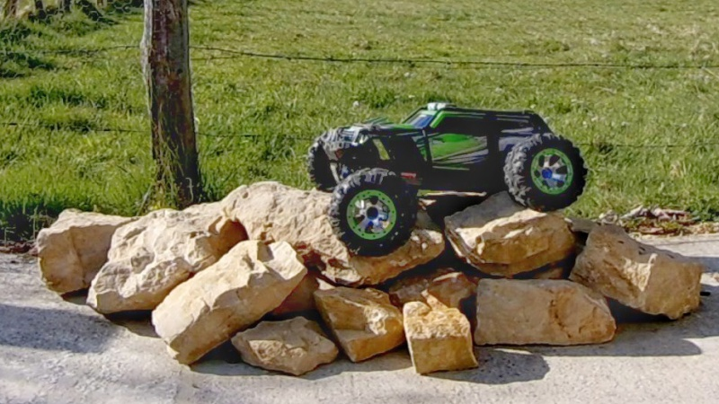 Traxxas Summit on the rocks and in the air ! 248626vlcsnap2017042319h25m30s23201