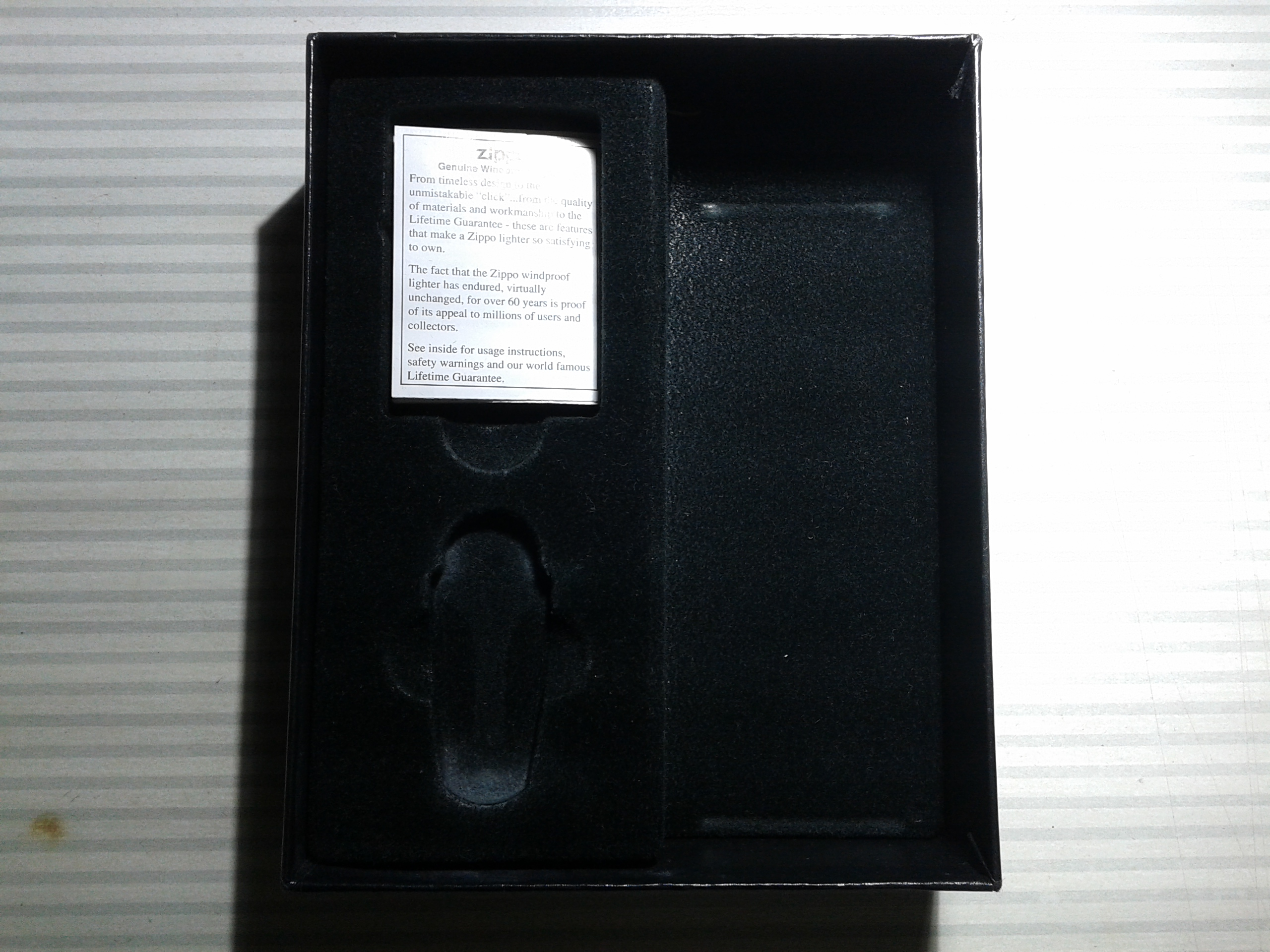 Les boites Zippo au fil du temps - Page 2 254511Giftbox12