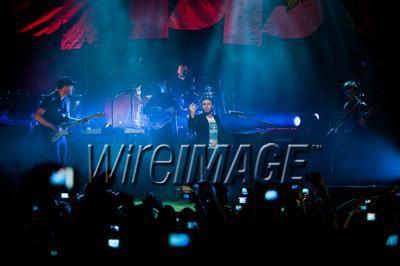 Gary chantant avec Coldplay pour Charity Crisis 19-12-2010 2598560112velvetovaya1220201032928PMvi