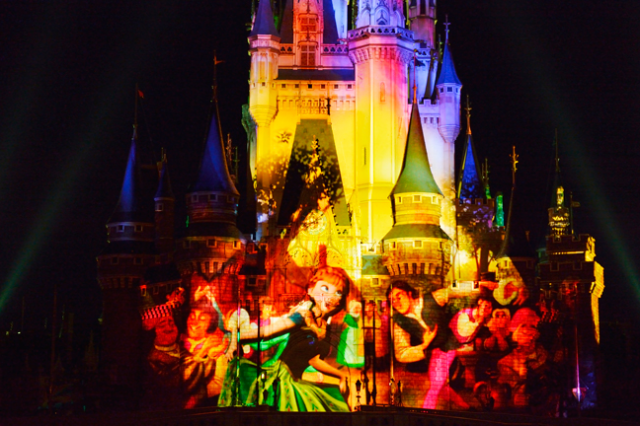 [Tokyo Disneyland] Nouveau spectacle nocturne : Once Upon a Time (29 mai 2014)  - Page 5 274377an3