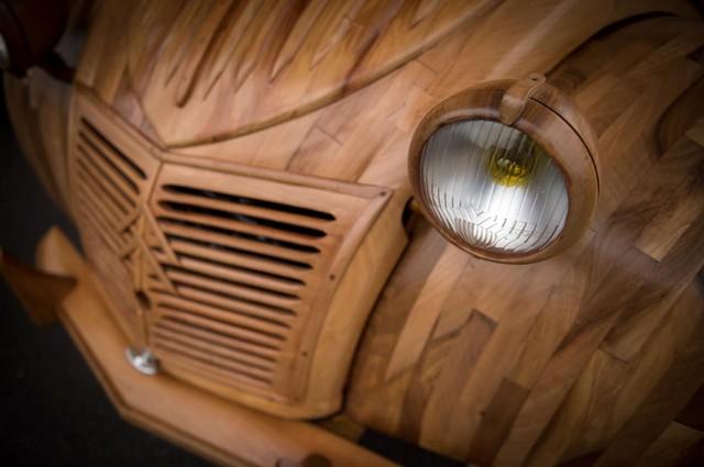 Une 2 CV en bois prête à rouler : le pari fou d'un ébéniste  2849232cvenboiscapotmichelrobillard2
