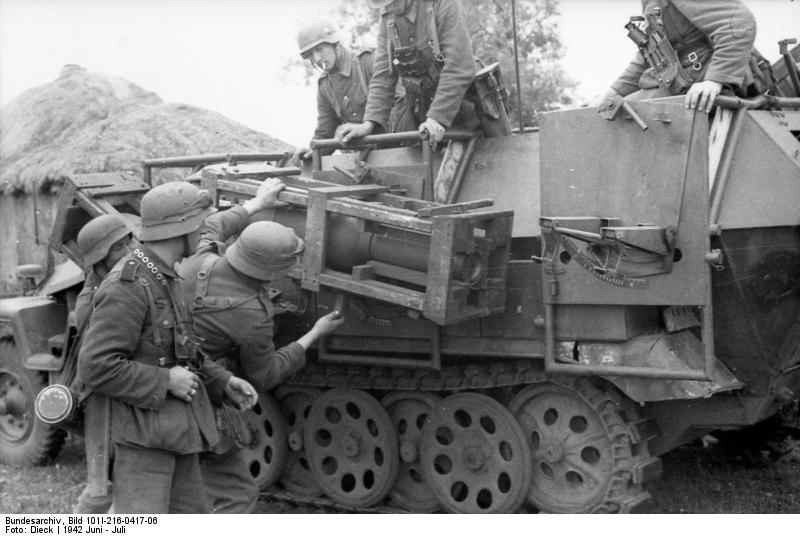 Bundesarchiv - schwerer Wurfrahmen an Schützenpanzer 349861BundesarchivBild101I216041706RusslandschwererWurfrahmenanSchtzenpanzer