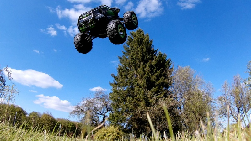 Traxxas Summit on the rocks and in the air ! 369164vlcsnap2017042319h01m09s56