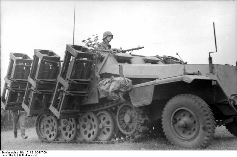 Bundesarchiv - schwerer Wurfrahmen an Schützenpanzer 371645BundesarchivBild101I216041709RusslandschwererWurfrahmenanSchtzenpanzer