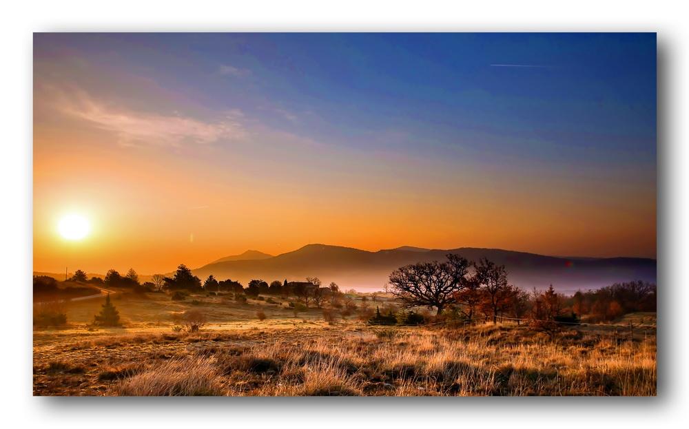 Un lever de soleil sur la Provence 375903leversoleilenProvencecorrig