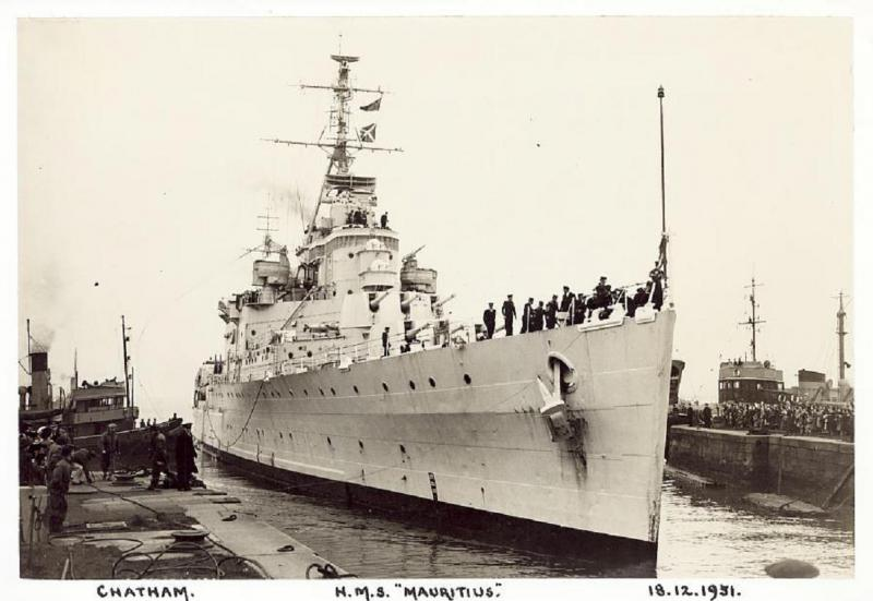 ROYAL NAVY CROISEURS LEGERS CLASSE CROWN COLONY 380244HMSMauritiusChatham1951