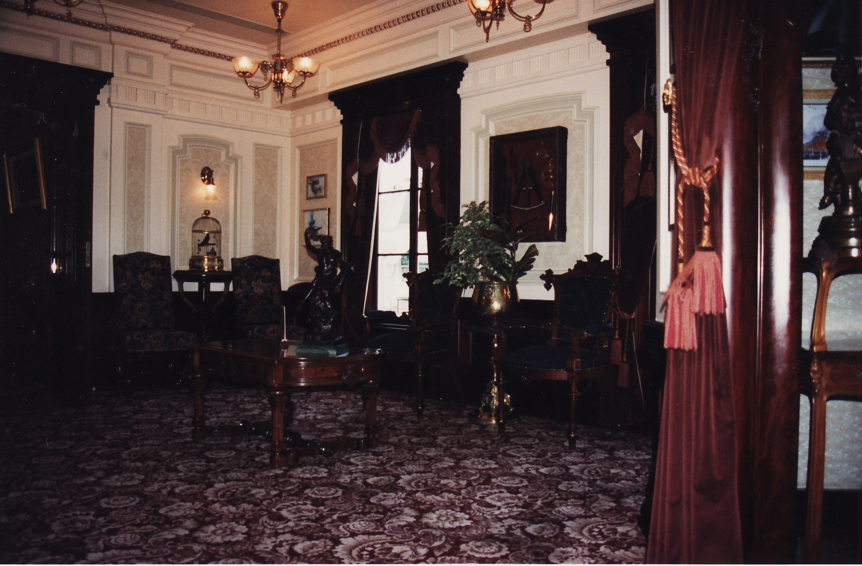 (Histoire) Lilly's Boutique a remplacé une salle du Walt's - An American Restaurant - Page 2 391966L147