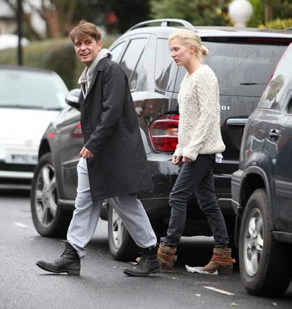 Mark et Emma partant de ches eux - Londres - 23/02/2011 402877MQ10vi