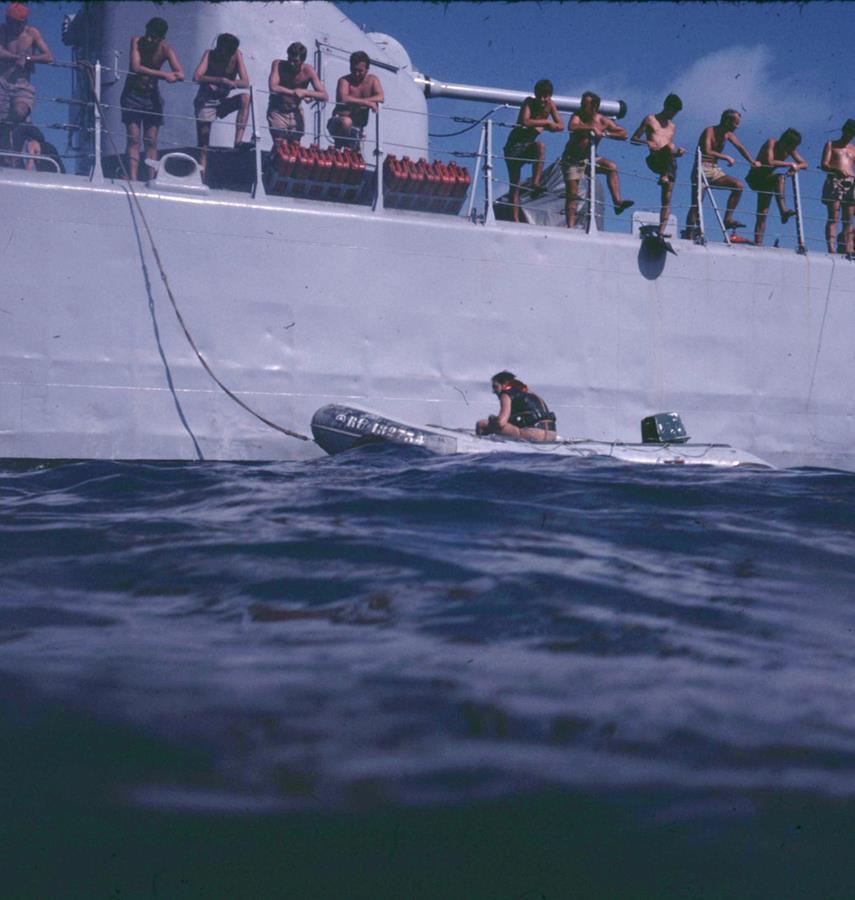 [Les traditions dans la Marine] Baignade le long du bord 413828Transparency0174