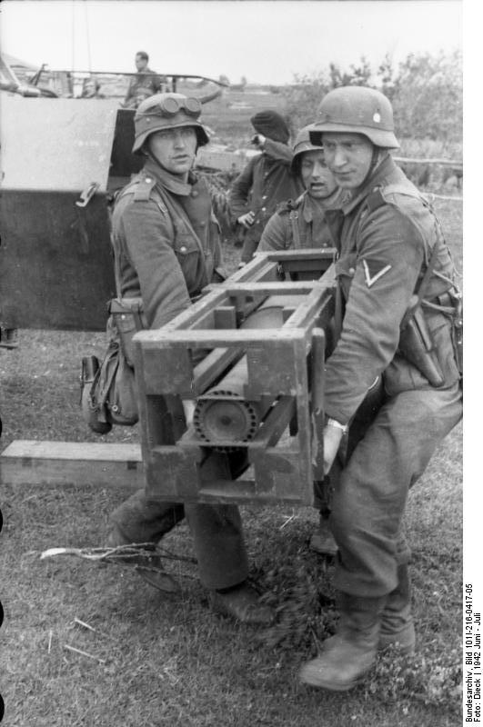 Bundesarchiv - schwerer Wurfrahmen an Schützenpanzer 474527BundesarchivBild101I216041705RusslandschwererWurfrahmenanSchtzenpanzer