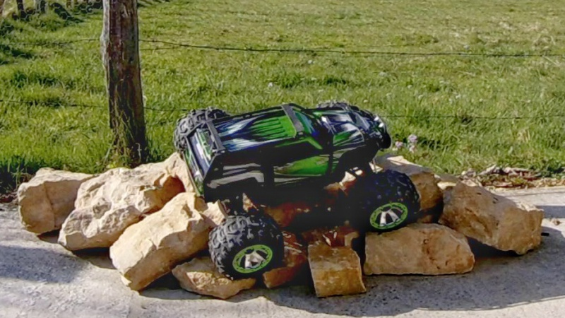 Traxxas Summit on the rocks and in the air ! 498702vlcsnap2017042319h26m49s13601