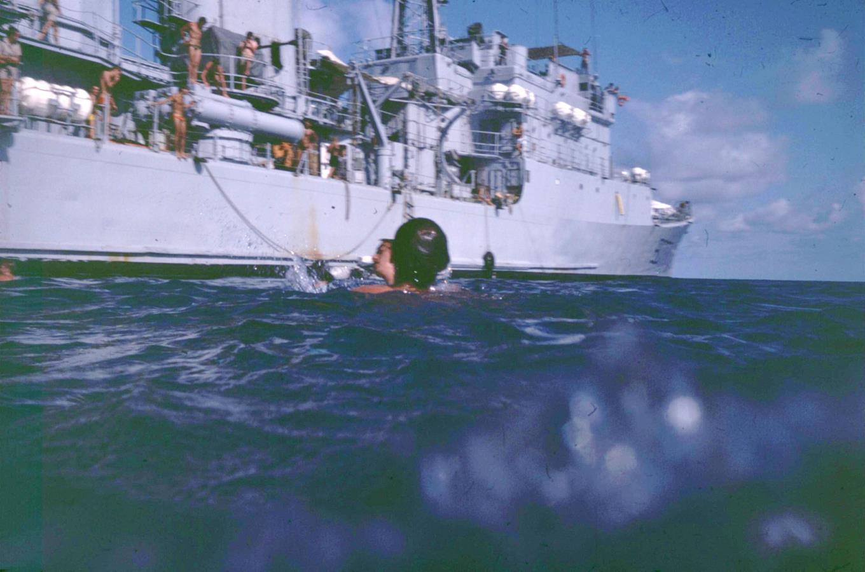 [Les traditions dans la Marine] Baignade le long du bord 510576Transparency0177