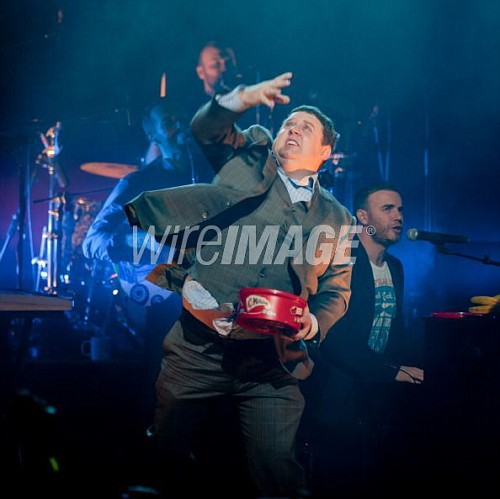Gary chantant avec Coldplay pour Charity Crisis 19-12-2010 518966107694138vi