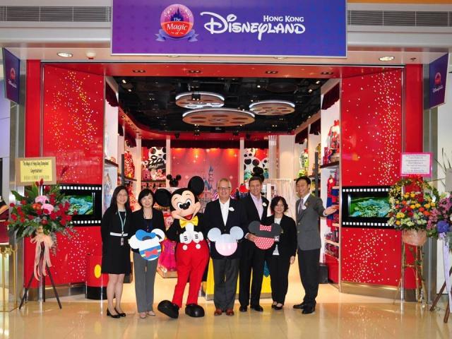 The Magic of Hong Kong Disneyland Store at Hong Kong International Airport (ouverture le 24 juin 2014) 539249HKDS