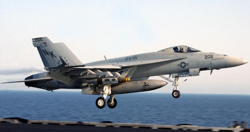 BOEING F/A-18E et F SUPER HORNET  554827BoeinfF18HornetappontageUSSAbrahamLincoln