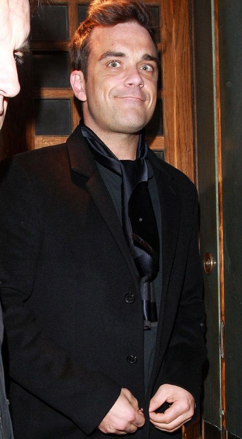 Anniversaire de Robbie au Ivy restaurant - Londres 13/02/11 648178robbiewilliams2500