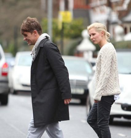 Mark et Emma partant de ches eux - Londres - 23/02/2011 664585MQ05vi