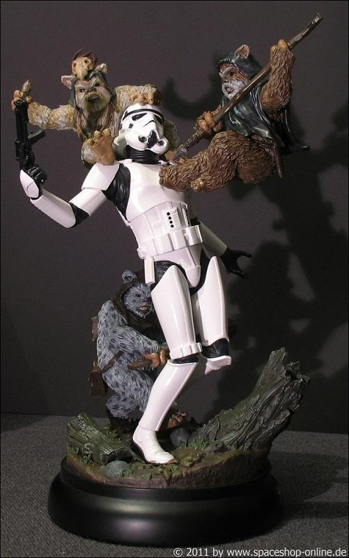 """Fall of the Empire"" – Ewoks vs. Stormtrooper Diorama 7422450012"