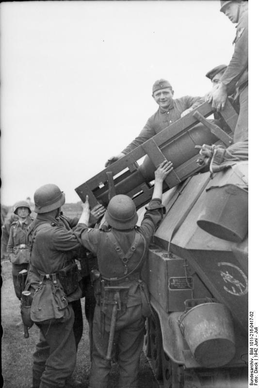 Bundesarchiv - schwerer Wurfrahmen an Schützenpanzer 755918BundesarchivBild101I216041702RusslandschwererWurfrahmenanSchtzenpanzer1