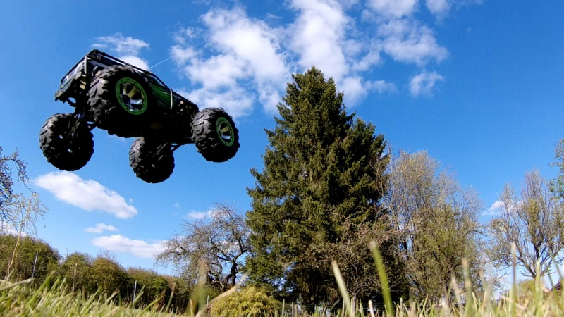 Traxxas Summit on the rocks and in the air ! 763439vlcsnap2017042318h44m53s177