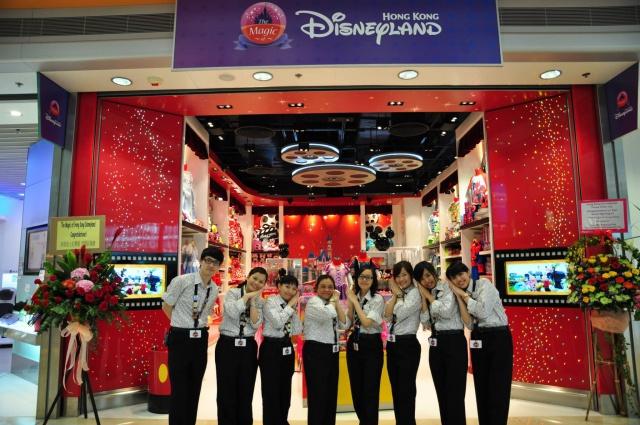 The Magic of Hong Kong Disneyland Store at Hong Kong International Airport (ouverture le 24 juin 2014) 780284HKDS6