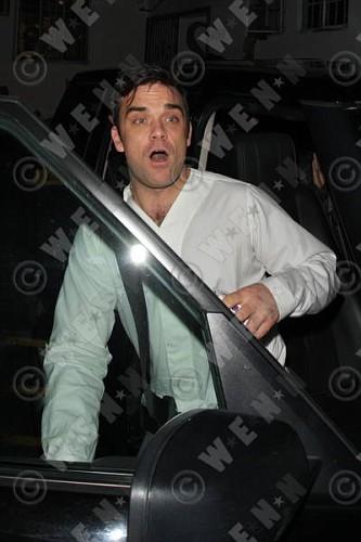 Robbie à Los Angeles 12-01-2011 808210lliams011wenn3164126previewvi