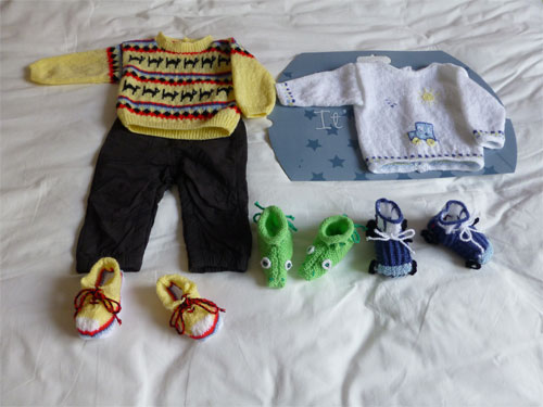 Petit pull et chaussons assortis. (Tricot) 810900P1060567w