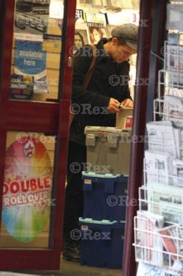 Mark sort d'une librairie à l'Ouest de Londes 24/01/2011 819528normal095