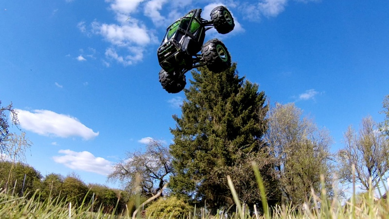 Traxxas Summit on the rocks and in the air ! 823558vlcsnap2017042318h59m35s119